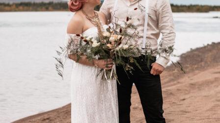 brudpar med rosa hår, bohemisk stil